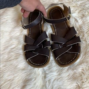 Saltwater Sandals in chocolate brown size 6